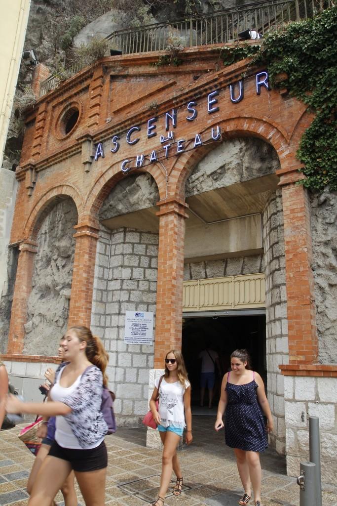 Bu da çıkıştaki asansör, Eski Nice'in girişine yakın